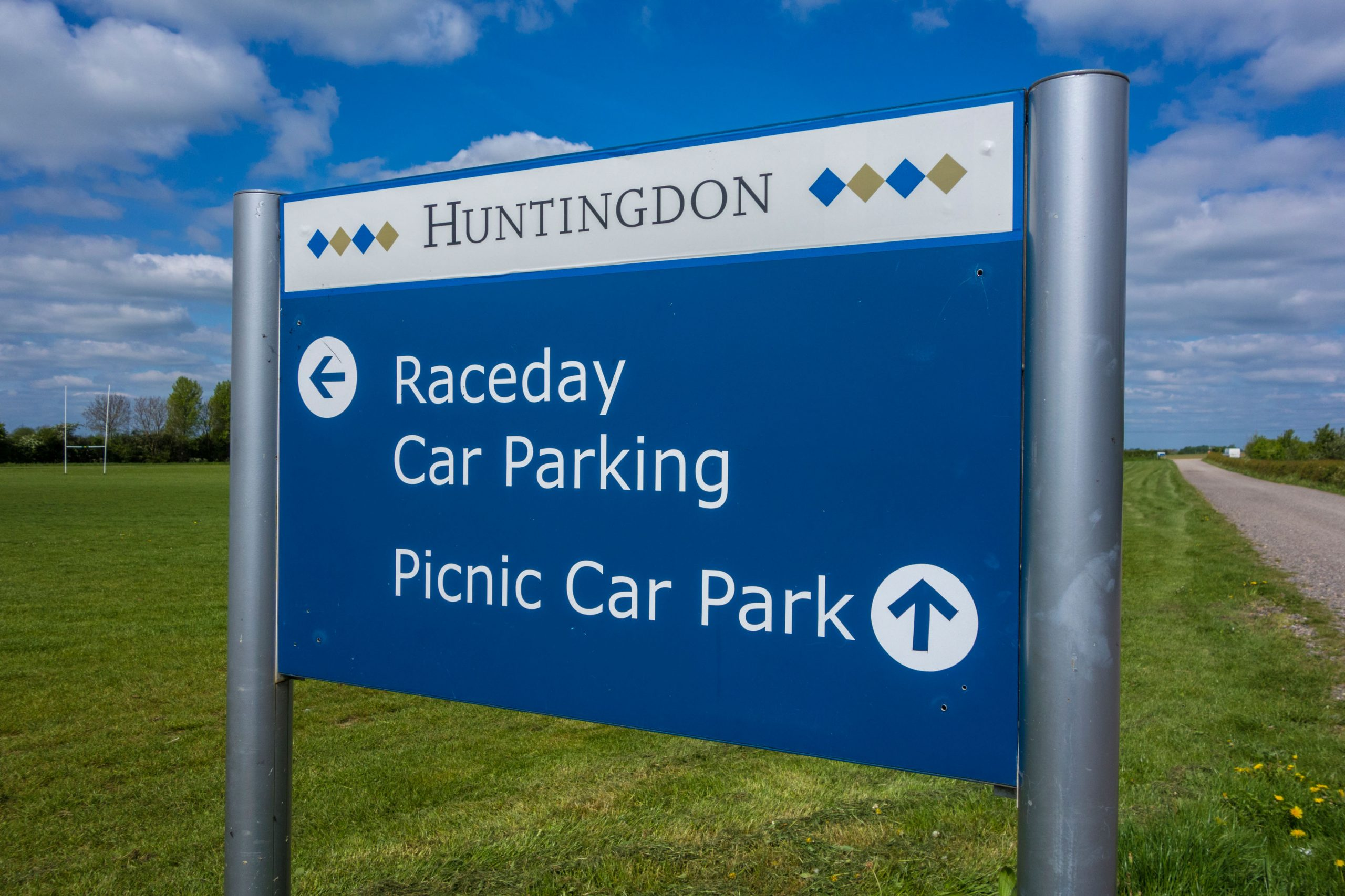 E079ED Huntingdon racecourse direction sign to car parking and picnic area